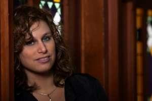 Elise Mannah zingt tijdens jubileumkerstconcert Pniël op 20 december