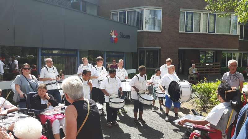 Feestelijke intocht rolstoel vierdaagse Hoogvliet