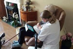 Thuiszorg van de toekomst: sensors en beeldbellen vullen vertrouwde zorg aan