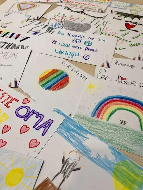 Basisschoolleerlingen schrijven 6000 kaarten tegen eenzaamheid